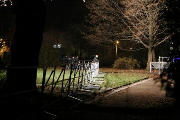 19:50 Uhr: Heute eher entspannte Atmosphäre bei einigen Einsatzbeamten. Foto: L-IZ.de