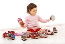 Kleinkind freut sich über ein Paar Schuhe. Foto: athomas, Fotolia