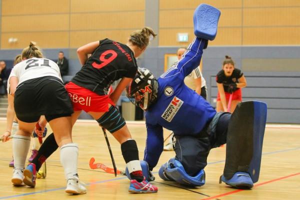 Nadine Schwarte (#9, ATV) gegen TuSLi-Torhüterin Sarah Müller und Eliza Berrendorf. Foto: Jan Kaefer