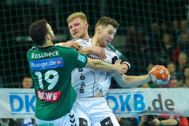 Bastian Roscheck (#19, DHfK) und Philipp Weber (#20, DHfK) stoppen Niclas Ekberg (#18, Kiel). Foto: Jan Kaefer