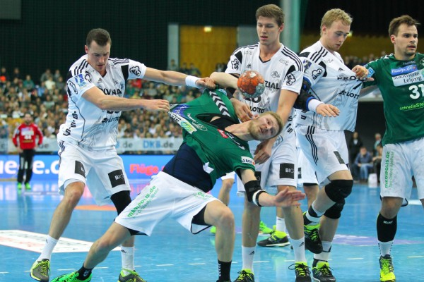 Dominik Klein (#33, Kiel) zupft an Philipp Weber (#20, DHfK). Foto: Jan Kaefer