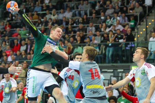 Attackiert von Niclas Pieczkowski (#14, N-Lübbecke) kommt Aivis Jurdzs (#7, DHfK) dennoch zum Torwurf. Foto: Jan Kaefer
