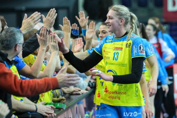 Luisa Schulze erzielte 7 Tore und klatscht nach dem Spiel mit den Fans ab. Foto: Jan Kaefer