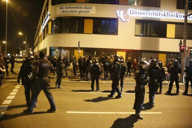 20:35 Uhr: Die Polizei schirmt Gegendemonstranten vorm Gitter ab. Foto: L-IZ.de