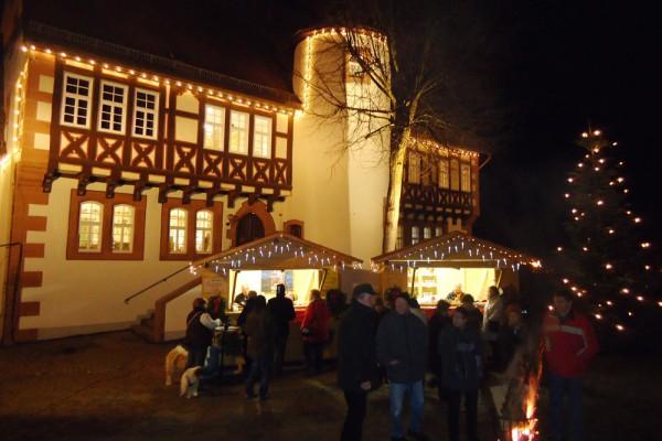 Weihnachtlicher Schmuck und Glanz beim Weihnachtsmarkt auf dem alten Amtshof in Steinau an der Straße. Foto: Karsten Pietsch