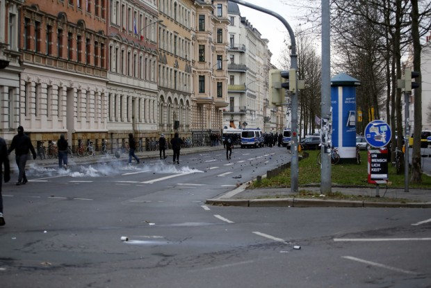 Antifas griffen Polizeibeamte an