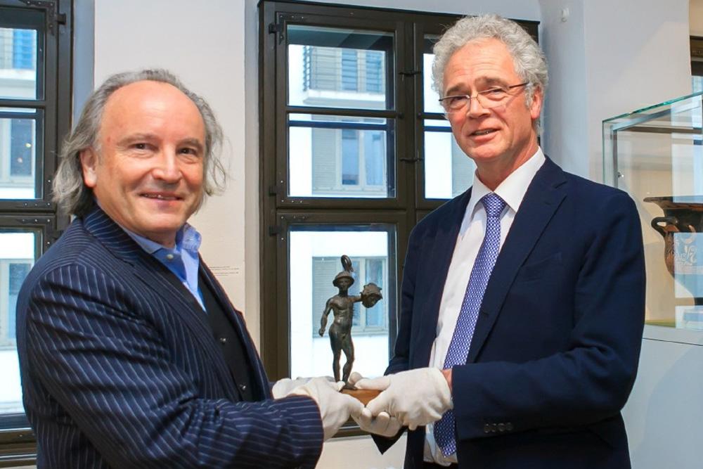 Dr. Hans-Werner Schmidt vom Museum der bildenden Künste (links) übergibt den