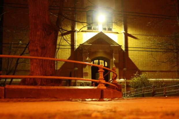 """Eingang der """"Apollonia-von-Wiedebach-Schule"""" bei abendlicher Beleuchtung. Foto: Ralf Julke"""