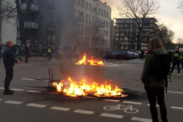 Brennende Barrikade an der Arndtstraße Ecke August Bebel Straße