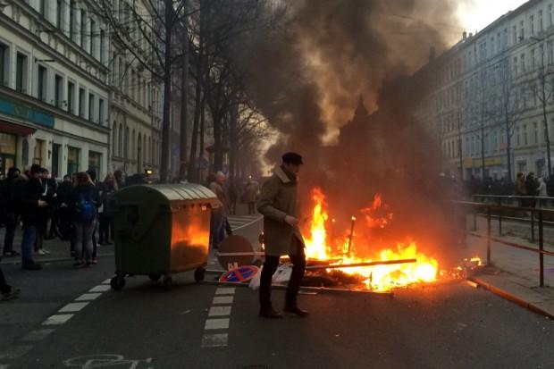 Barrikade am Café Puschkin. Kurz darauf von der Polizei mit Wasserwerfern gelöscht.
