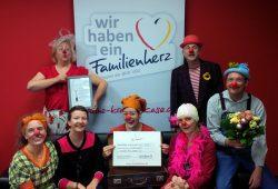 Antje Engelmann (2. v.l.) vom BKK·VBU Familienherz e.V. bei der Übergabe des Förderpreise an den Verein Clowns & Clowns aus Leipzig. Foto: BKK·VBU Familienherz e.V.