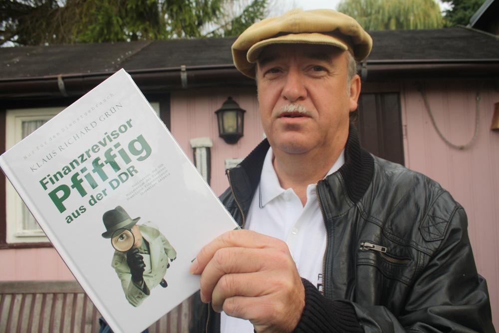 Klaus Richard Grün mit seinem Buch