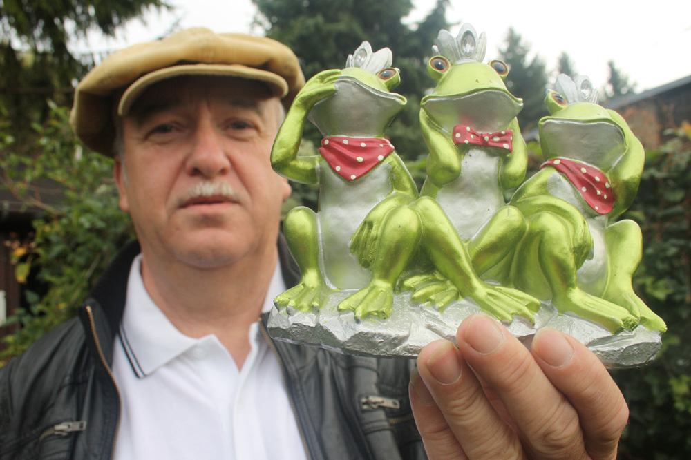 Klaus Richard Grün mit den drei berühmten A.. achja ... Fröschen. Foto: Ralf Julke