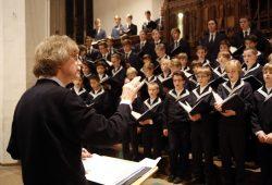 Gotthold Schwarz dirigiert den Thomanerchor. Foto: Alexander Böhm