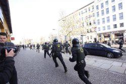 Jagdszenen zwischen Polizei und Gegendemonstranten an der NaTo