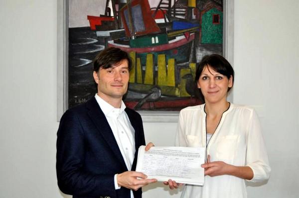 Judith Gromeyer, Mitglied der Initiative übergibt Bürgermeister Heiko Rosenthal offiziell 3.381 Unterschriften gegen Wildtiere im Zirkus. Foto: Anett Paul