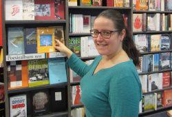 Katja Junghanns vor dem Regal mit den signierten Büchern. Foto: Buchhandlung Südvorstadt