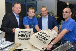 Vorstand Dirk Thärichen (links) und Michael Faupel (zweiter von rechts) beim Besuch der Werkstatt. Foto: Konsum Leipzig