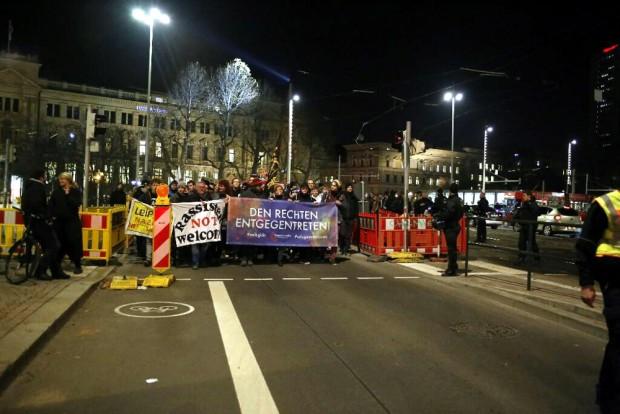 Kurz nach 18 Uhr: Demonstrationszug setzt sich in der Innenstadt Richtung Bayrischen Platz in Gang. Foto: L-IZ.de