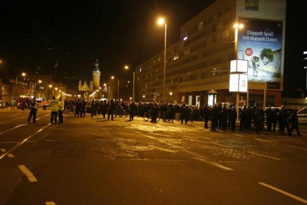 Legida-Gegner begleiten den Abmarsch von Legida. Foto: L-IZ.de