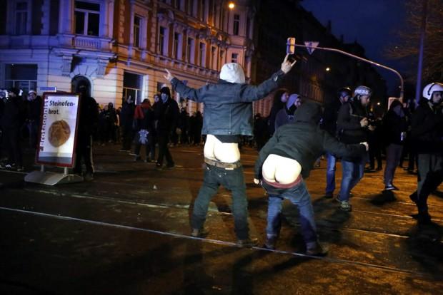 Mancher zeigte statt Zündeleien und Steinwürfen der Polizei den Allerwertesten