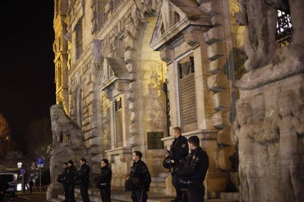 Hielt sich bei der Besetzung zurück, hier als Beobachter vor dem Rathaus - die Polizei. Foto: Marcus Fischer