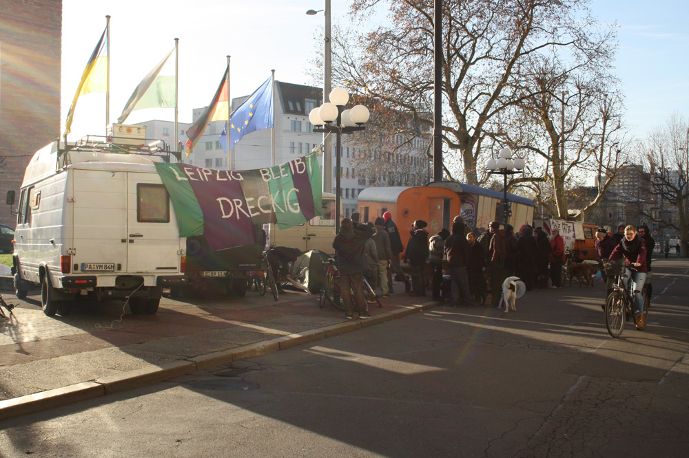 Protestaktion der Wagenleute vorm Neuen Rathaus. Foto: Ralf Julke