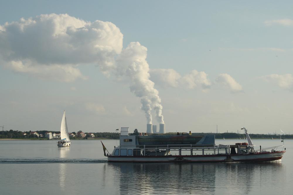 Mit dem Dampf überm Kraftwerk Lippendorf wird auch die MS Cospuden zum Steamboat. Foto: Ralf Julke