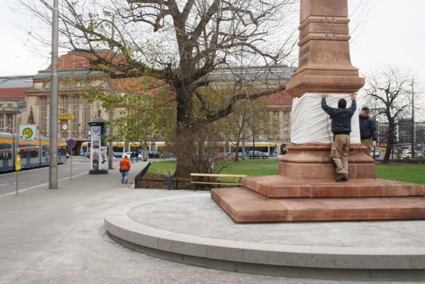 Der zur Freigabe eingewickelte Obelisk und der Hauptbahnhof im Hintergrund. Foto: Ralf Julke