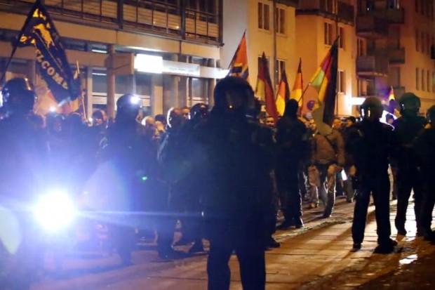 Die Polizei am 07.12. in Leipzig: Von hinten Blendlicht und vorn die Fahrradlampe zum Ausflippen. Foto: Video L-IZ.de