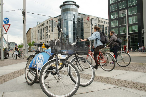 Radfahrer und Fahrräder am Johannisplatz. Foto: Ralf Julke