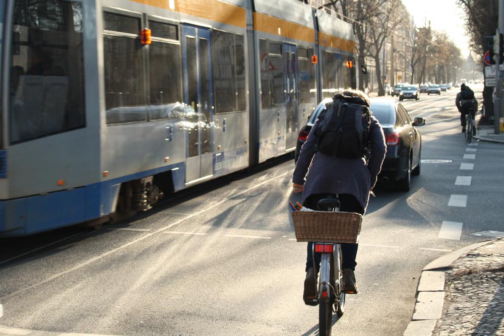 Radfahrer in der Käthe-Kollwitz-Straße. Foto: Ralf Julke