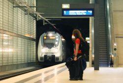 Die S-Bahn nach Zwickau fährt ein. Foto: Ralf Julke