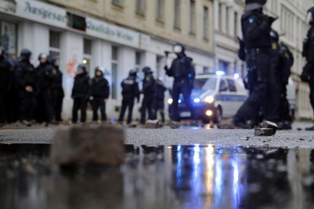 Linksradikale attackierten am 12. Dezember 2015 die Polizei mit Steinen. Foto: L-IZ