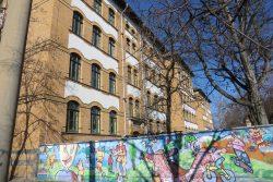 Von außen schön bunt: die Schule am Adler. Foto: Marko Hofmann