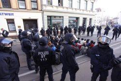 Sitzblockade auf der Bernhard Göring Straße