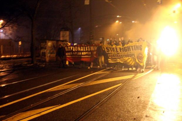 Die Spontandemo zu Silvester 2014: Die Polizei konstatierte im Nachgang einen weitgehend friedlichen Verlauf des Abends am Kreuz. Foto: Alexander Böhm