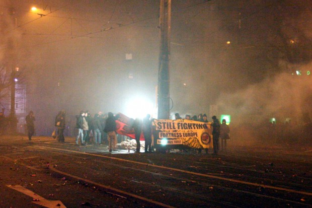 Eine Demo sammelt sich nach Mitternacht am Connewitzer Kreuz - spontan Transparente dabei. Foto: L-IZ.de