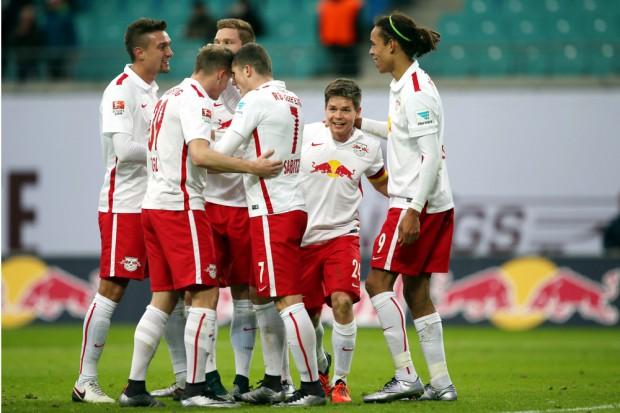 Auch die Glückwünsche der Mitspieler passten in den engen Zeitplan: Stefan Ilsanker, Georg Teigl, Marcel Sabitzer, Dominik Kaiser und Yussuf Poulsen (RB Leipzig)