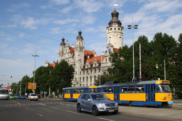 Flotte Tatra-Straßenbahn am Neuen Rathaus. Foto: Ralf Julke