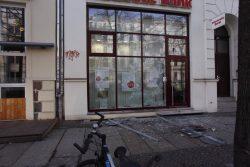 Umgeworfene Straßenschilder und zerbrochene Scheiben entlang der KarLi & der Bernhard Göring STraße