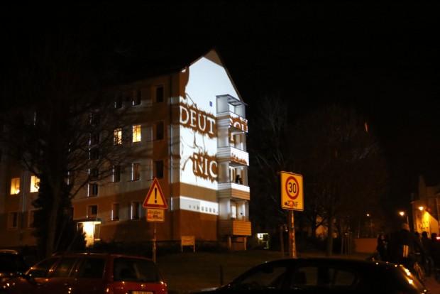 """""""Deutsch mich nicht voll"""" wurde projiziert. Foto: Alexander Böhm"""