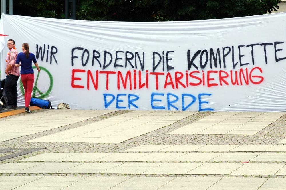 15. Juni 2014 auf dem Augustusplatz vor der Oper Leipzig: Markus Johnke kämpft für den globalen Frieden. Foto: L-IZ.de