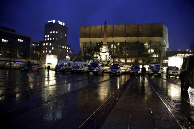 16:55 Uhr: Die Polizei steht bereit für den Jahrestag. Foto: L-IZ.de