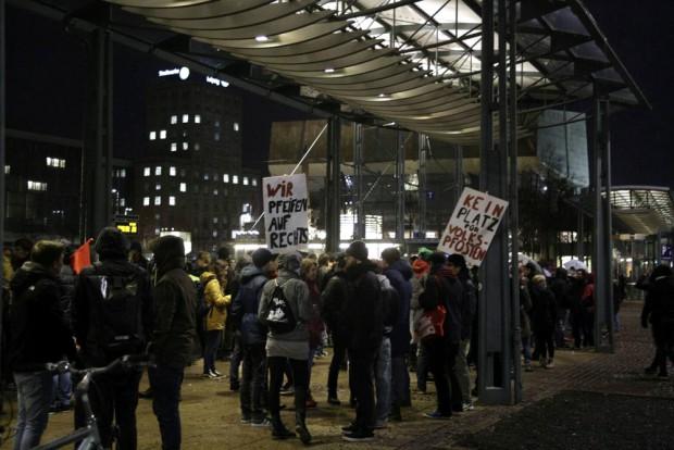 17:10 Uhr: Die anderen warten im Trockenen. Foto: L-IZ.de