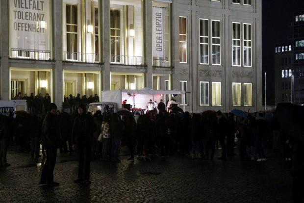 17:10 Uhr: Die einen wagen sich ins Nass auf dem Augustusplatz. Foto: L-IZ.de