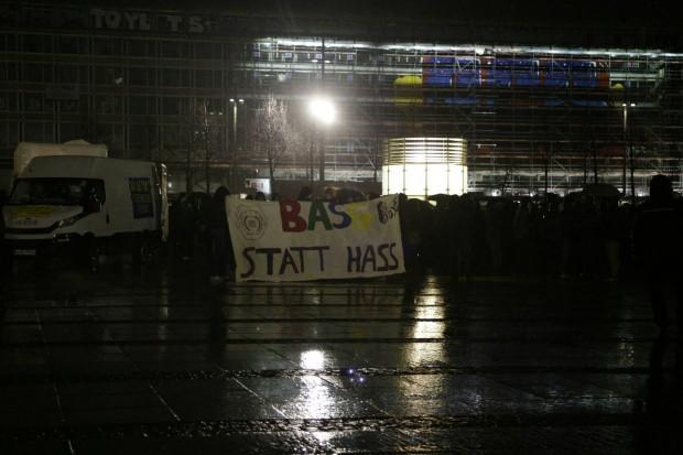"17:20 Uhr: ""Bass statt Hass"" - NoLegida ist ebenfalls eingetroffen. Foto: L-IZ.de"