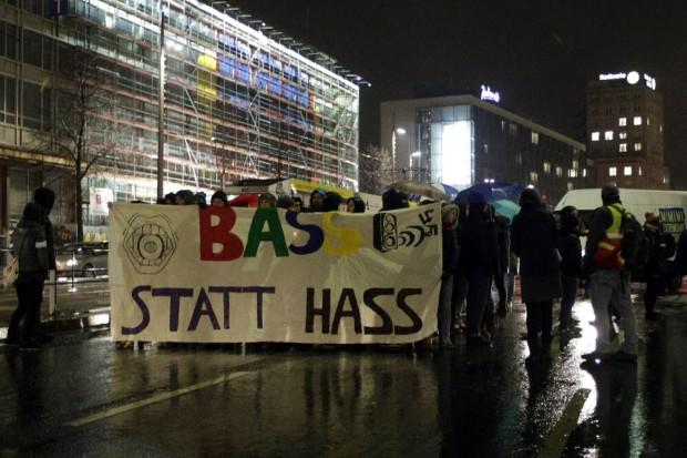 17:40 Uhr: Das Fronttansparent der Nolegida-/Leipzig nimmt Platz-Demo, hier Höhe Alte Post. Foto: L-IZ.de