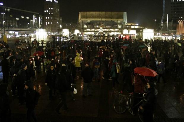 17:40 Uhr: Die Kerzen werden langsam mehr auf dem Augustusplatz, während in der Nikolaikirche noch das Friedensgebet läuft. Foto: L-IZ.de