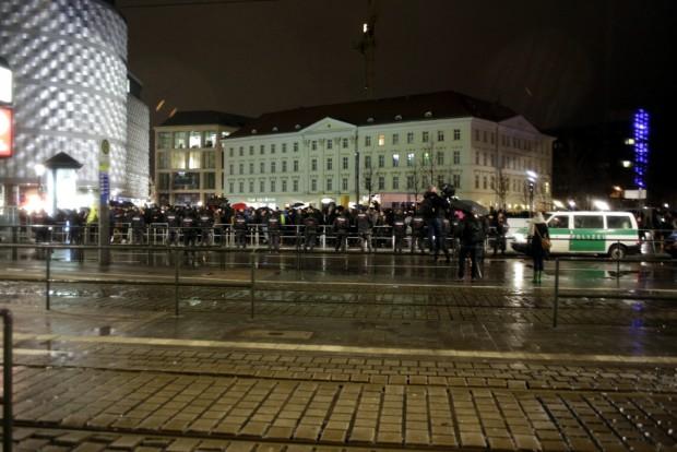 18:25 Uhr: Die Polizei trennt heute großzügig. Foto: L-IZ.de